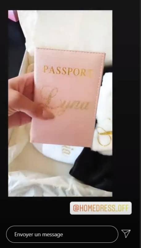 Retour client etui passeport rose Ecriture or pailleté|